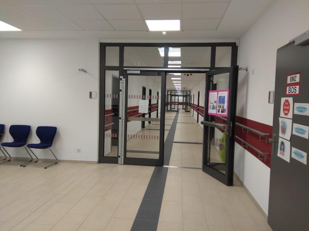 Verlassene Flure und Klassenräume, seitdem am 1. Januar 2021 das schuleben wieder hätte beginnen sollen.